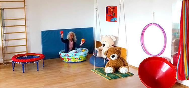 Frau Kahle im Bällebad im Therapieraum der Praxis