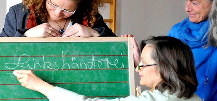 Gründerinnen der Linkshänderei an einer Schreibtafel: Claudia Winter, Marianne Dräger, Sigrid Kahle